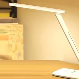 Fehér asztali és éjjeli lámpa és Usb-s töltő